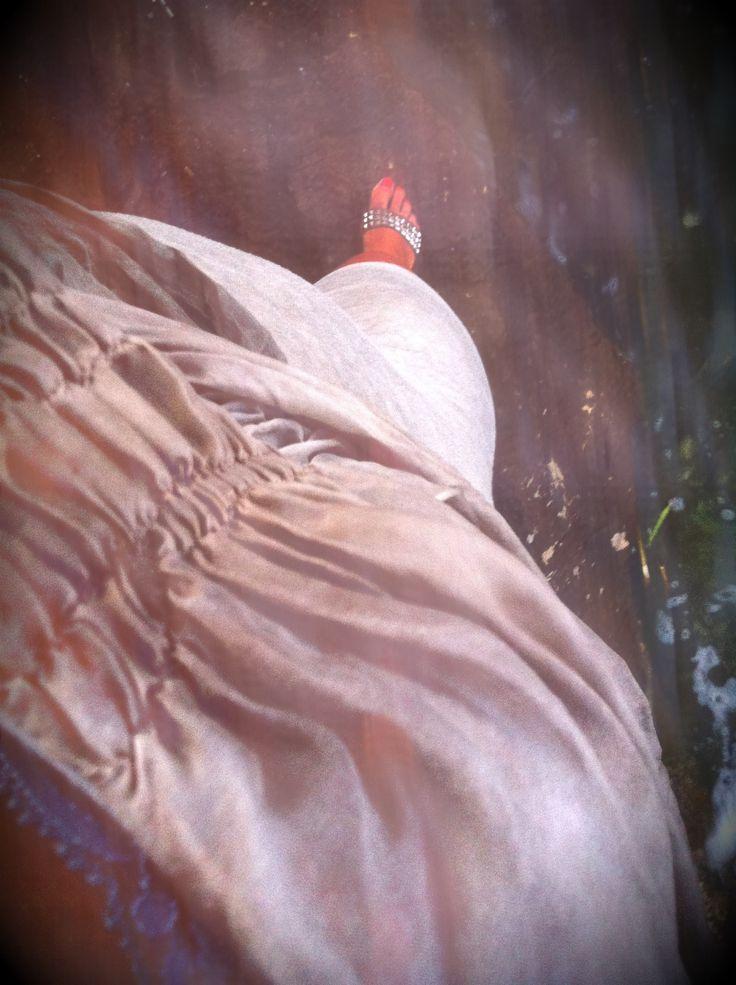 Aperitivo al tramonto:  Canotta viola ricamata – Tezenis   Abitino beige – Shopping in Chinatown (Milano)   Sandali borchiati – Ash