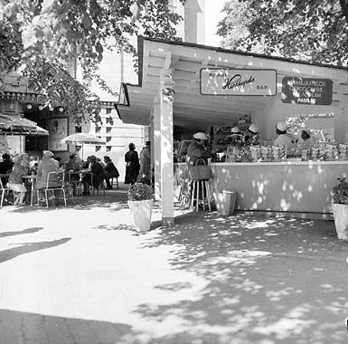 Volker von Bonin: Katukahvila Vanhan ylioppilastalon vieressä, 1952 © Helsingin kaupunginmuseo