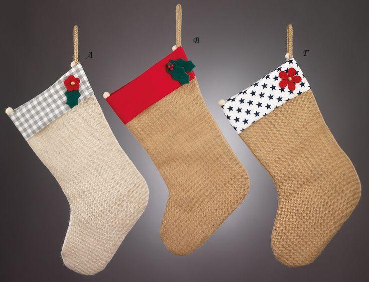 www.mpomponieres.gr Χριστουγεννιάτικες κρεμαστές κάλτσες φτιαγμένες από ύφασμα λινάτσα και στο επάνω μέρος φάσα υφάσματος κόκκινου και λευκό με μπλε αστέρια καθώς και καρώ γκρι, διακοσμημένες με τσόχινα λουλούδια και γκι από τσόχα. Όλα τα χριστουγεννιάτικα προϊόντα μας είναι χειροποίητα ελληνικής κατασκευής. http://www.mpomponieres.gr/xristougienatika/xristougeniatikes-kaltses-me-diakosmitika-apo-tsoxa.html #burlap #christmas #ornament #felt #stolidia #xristougenniatika