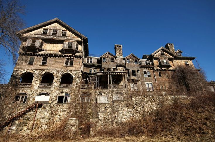 Это здание построили в 1890 году, как «Халкион Холл» – роскошный отель в 200 номеров на 5 этажах. В 1901 году отель закрыли, т.к. он не приносил дохода, и в 1907 году его нашла мисс Мэй Беннет, которая как раз подыскивала подходящее место для колледжа для девочек. До обретения нового места колледж работал уже 17 лет, и в нем училось 120 человек, в основном, из богатых семей. В 70-ых колледж пришел в упадок, и вскоре здание начало окончательно разваливаться. Нью-Йорк