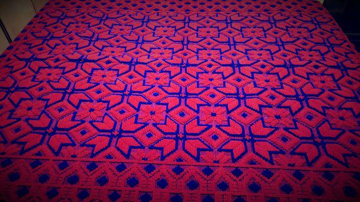 Copriletto matrimoniale di lana con colori rosso e blu che ti colpisce per la varietà di forme.230×170,90,55×66,92 inches di TRADIZIONALE su Etsy