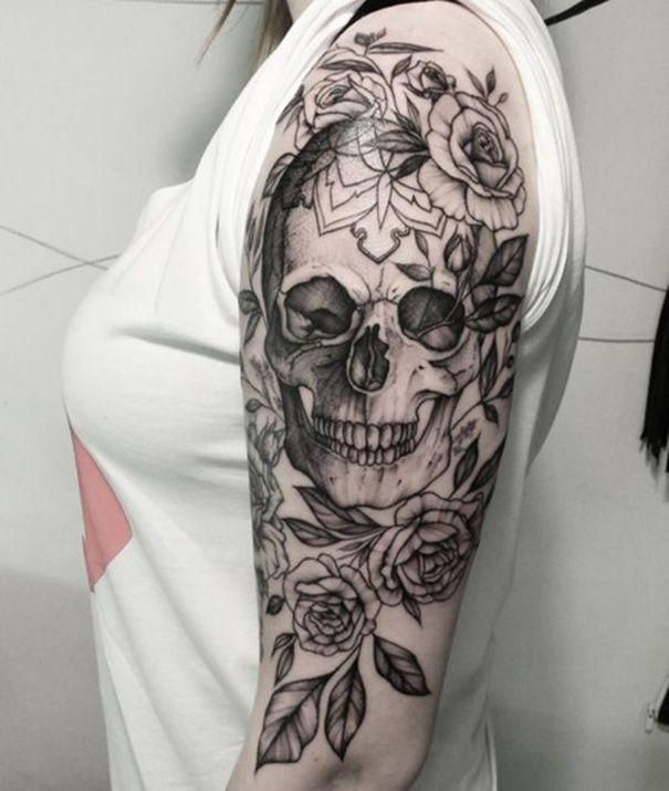 Schädel Tattoo auf der Schulter