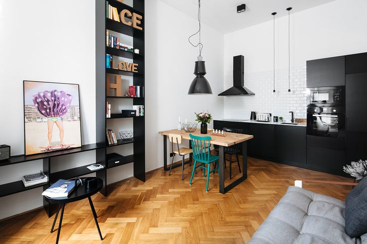 V kuchyňském koutě použili černobílou kombinaci barev, nad jídelním stolem visí lehce industriální svítidlo Magasin Lamp od Norr 11 (8652 Kč, Designpropaganda) - ProŽeny.cz