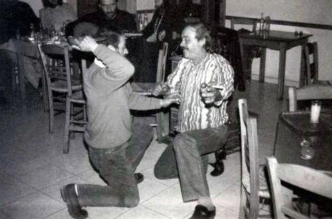 """Πάμφιλα Λέσβου 1997 Ο «χορός με τα μαχαίρια». Ο Βασίλης Βέτσος παίζει ούτι. Χορεύουν ο Σόλωνας Λέκκας και ο Νεοπτόλεμος Δεληγιάννης. """" ....Ο «Κιόρογλους» είναι ένας χορός που οι παλιοί τον λέγαν «Πεχλιβάνης», που θα πεί παλληκαράς, γι' αυτό οι παλιοί τον χορεύαν με τα μαχαίρια, όχι σαν τώρα, πάνω στα άλογα"""" Σόλων Λέκκας"""