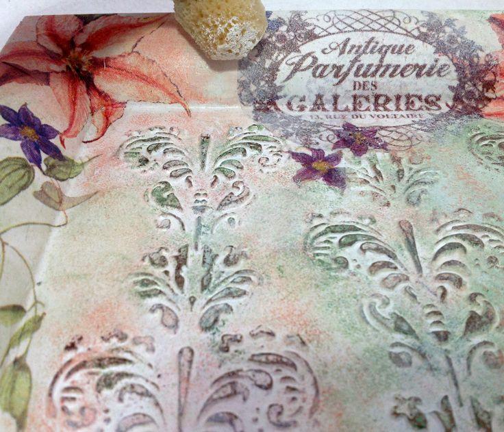 13) ammorbidiamo i contorni di alcuni decori applicati con il colore bianco. Lasciare asciugare. Successivamente stendere tre mani di vernice all'acqua con  pennello o spugna,lasciando asciugare tra una mano e l'altra