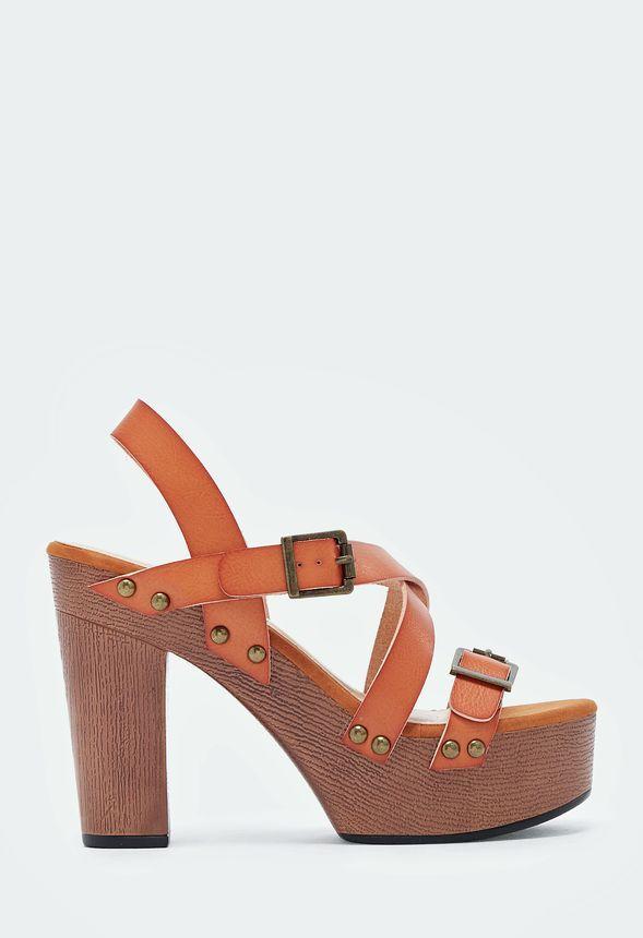 Rock on, Retro Girl! In diesen coolen Plateau-Sandalen mit trendy Nieten-Design holst Du Dir den 70s Vibe....
