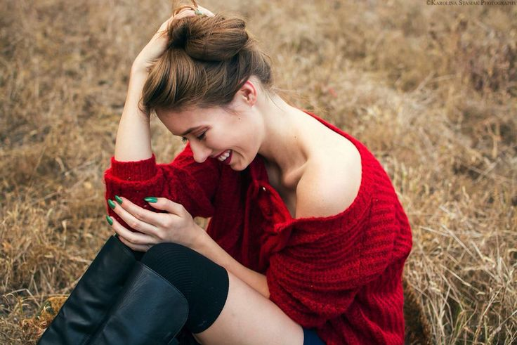 Nasza piękna Kasia w wiązanym sweterku TwoMoon. Krwista czerwień to jest coś czego pragną kobiety.  Our beautiful Kasia wears sweater tied TwoMoon. Bloody red sweater is something that women want.  Foto & makijaż : Karolina Stasiak