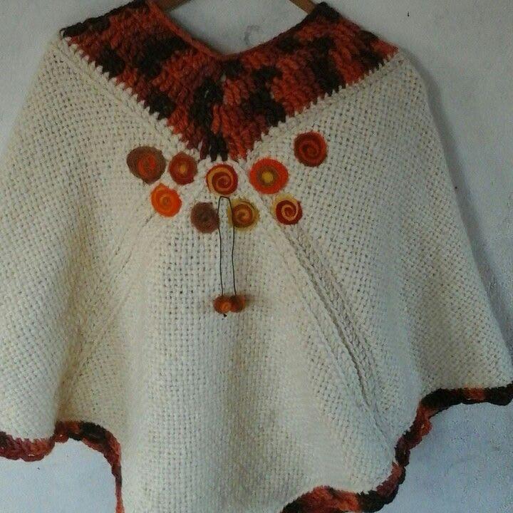 Poncho bordado en vellón agujado