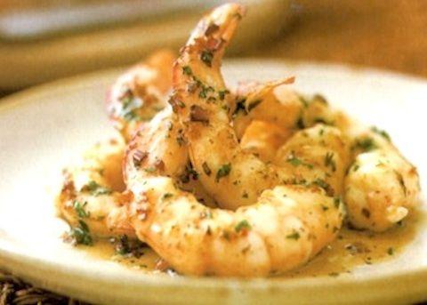 I Gamberi all'aglio vengono realizzati facendo insaporire l'aglio con il peperoncino, il burro e l'olio, quindi aggiungendovi i gamberoni, il vino e ...
