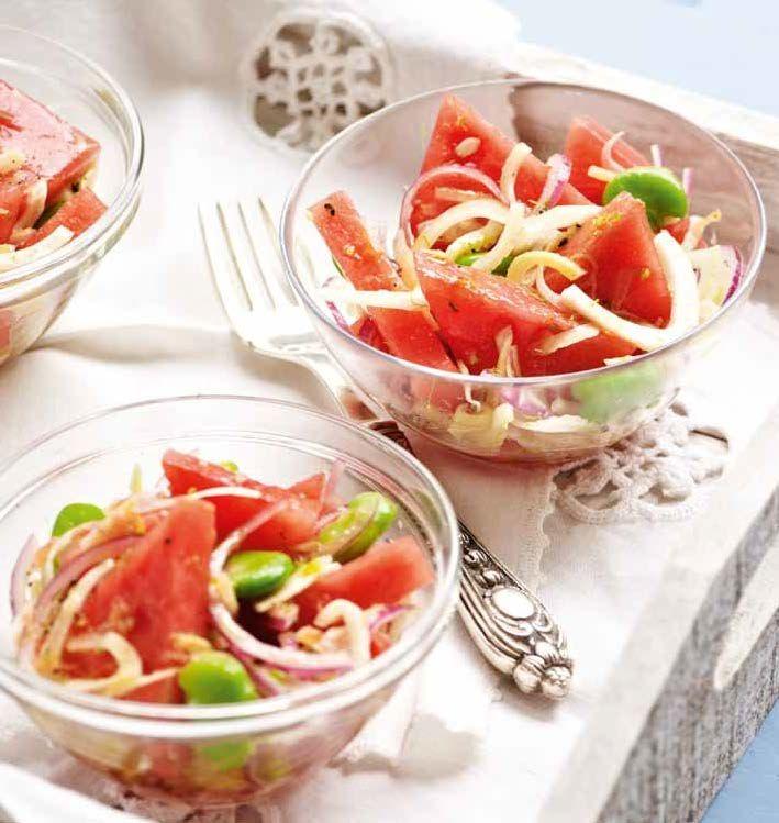 NYÁRI SALÁTA Hozzávalók kb. 4 személyre • 800 g görögdinnye • 100 g nagy szemű fejtő bab • 2 édeskömény gumó • 1 lilahagyma A dresszinghez • 100 g görögdinnye • egy citrom leve • tengeri só, nádcukor • 3 evőkanál olívaolaj