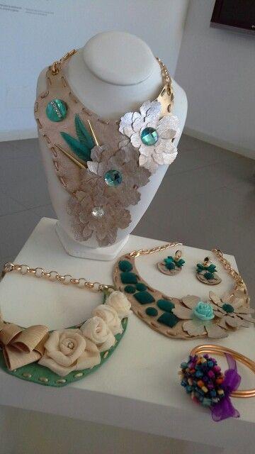 Piel dorada con flores y piedras en verde agua