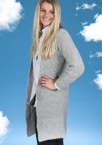 Flot og elegant lang Cardigan i Mayflower Sky. Mayflower Design. Gratis strikkeopskrift lige til at hente! Mayflower Sky er en eksklusiv blød og lækker kvalitet bestående af 41 % Alpakke. En garnkvalitet der er helt fantastisk at strikke i. [Strik, hækl, yarn, knitting, Mayflower Strikkegarn]