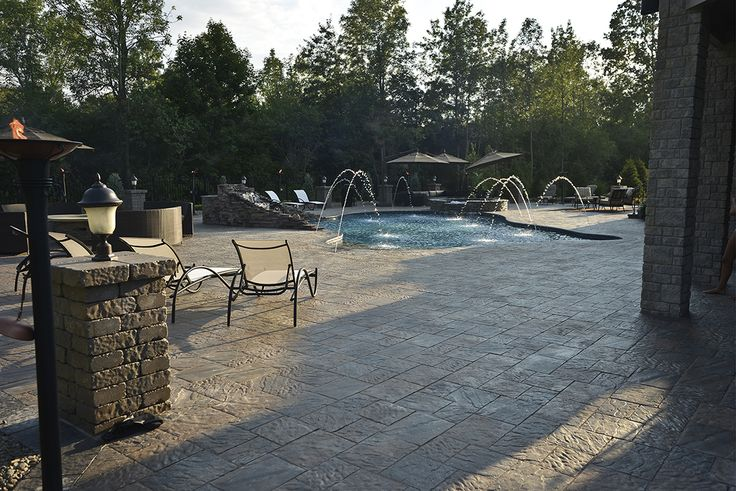 Dynamic textures with a hand cut stone look paired with a huge range of scale make Ridgefield Plus a versatile choice.