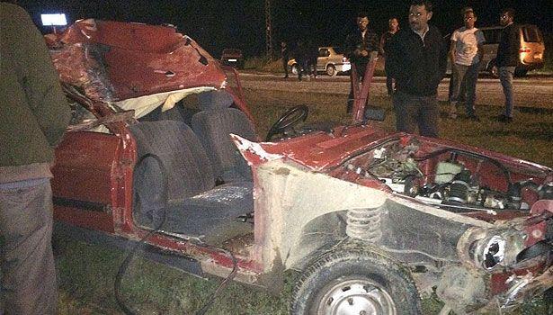 Zonguldak'ın Çaycuma ilçesinde sürücüsünün direksiyon hakimiyetini kaybettiği otomobil, tavuk yüklü TIR'a arkadan çarptı.