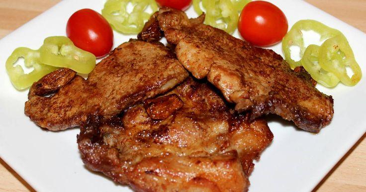 Mennyei Lacipecsenye recept! A Lacipecsenye recept egy rendkívül ízletes fogás, amit nagyon szeretek. A régi időkben, a lacikonyhákban ez az étel nem volt más, mint gyors tűzön, frissen, hagymás paprikás zsírban sült sertésszelet, amit kettévágott cipóba tettek. Én szeretem sütés előtt bepácolni a húst, mert sokkal ízletesebb így az étel, de természetesen ez el is hagyható. Aki kedveli a finom, omlós húsokat, annak csak ajánlani tudom ezt a Lacipecsenye receptet. :)