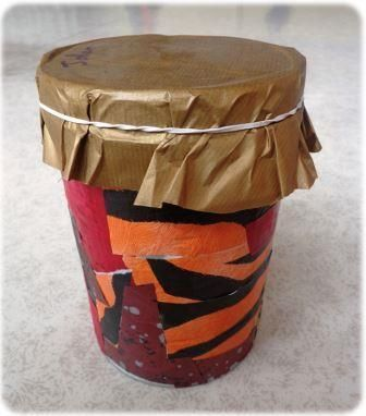 Un instrument de musique simple à construire : Fabriquer un djembé avec une boite de conserve. Un instrument facile à fabriquer avec des…