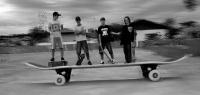 Uma foto enviada pra mim e muito criativa da galera da cidade de Rebouças no Parana, a foto foi tirada na pista local da e trás uma ilusão de ótica de um skate gigante onde os skatista Luan, Bruno, Lucas, Felipe aparecem sobre ele.