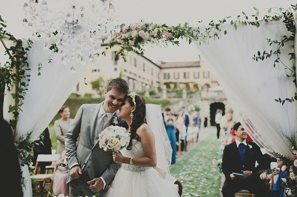 outdoor ceremony decor - love the chandelier! http://weddingwonderland.it/2015/05/cerimonia-all-aperto.html
