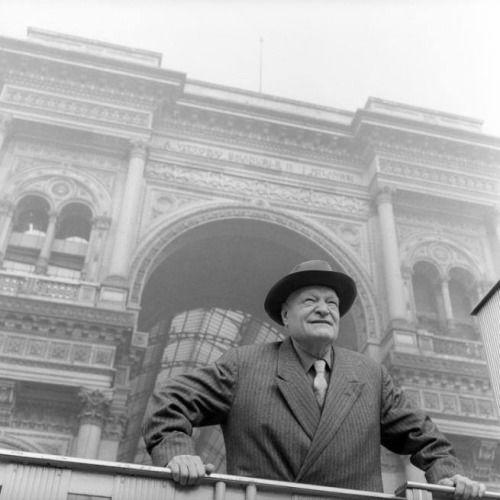Giuseppe Ungaretti in piazza del Duomo, 1957