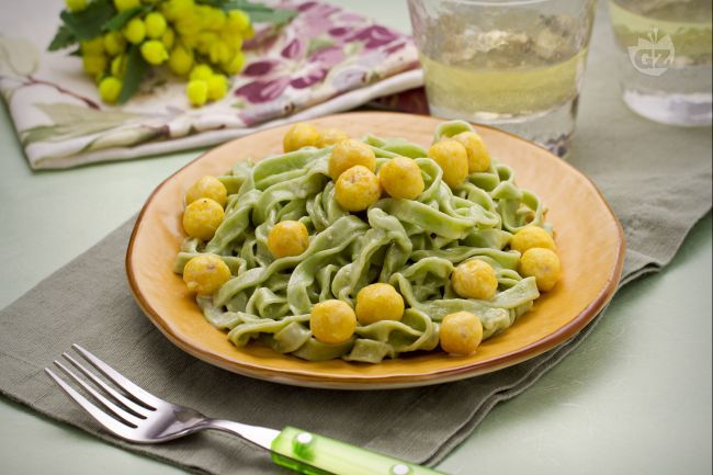 Le tagliatelle mimosa sono delle tagliatelle di pasta fresca a base di spinaci condite con un sugo di polpettine di pesce che ricordano le mimose.