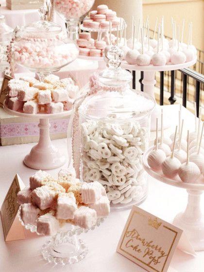 Zu einer traditionellenHochzeit passt eine klassische Candy Barin hellen Pastelltönen und Weiß am besten.