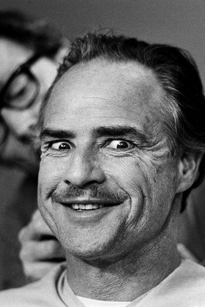 Marlon Brando (nacido el 3 de abril de 1924, Omaha -Nebraska-, hace 90 años), en una sesión de maquillaje durante el rodaje de El Padrino, Nueva York, 1971. Fotografía de Steve Schapiro.
