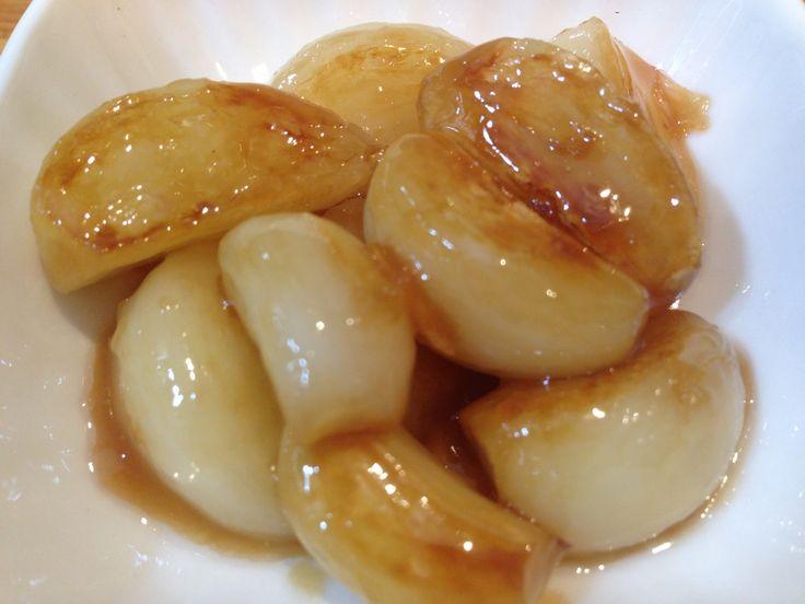 Alho no Vapor Caramelado ao Vinho do Porto!!! Vai precisar de… 1 cabeça de alho 1 colher de chá de manteiga 1 colher de chá de açúcar Demerara 1 colher de sopa de vinho do porto...... segredosdatiaemilia.com.br