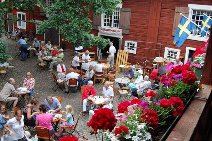 Krusagården loppmarknad och våffelservering Norra Storgatan 29, Eksjö. Eksjös mesta loppmarknad i fantastisk kulturmiljö!  Hela juli varar denna populära loppmarknad i 1600-talsgården, som även har ett våffelcafé du inte får missa!