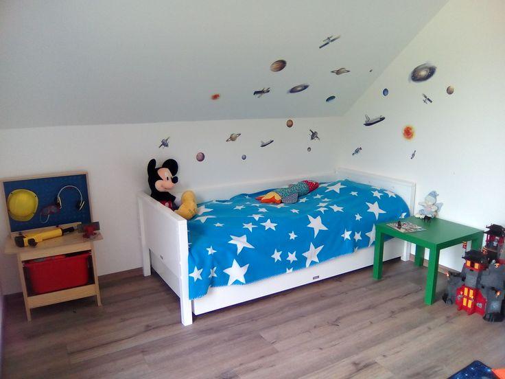 Bett: bopita Werkbank und Tisch: Ikea Wandsticker: roommates Ritterburg: Playmobil