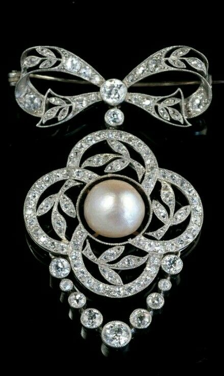 """BELLE EPOQUE BROOCH/ PENDANT. Western Europe, 19th Century, A bow-shaped platinum brooch / pendant put with old cut diamonds and in the middle a large natural pearl. """"Belle Epoque"""", 1900, Dimensions:. 5 x 3.5 cm"""