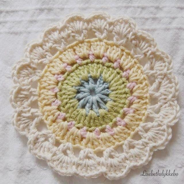 Første farge: Hekle 5 lm fest disse til en ring med en kjede maske Rundt denne ringen hekler du videre med samme farge 4 lm*1 sta...