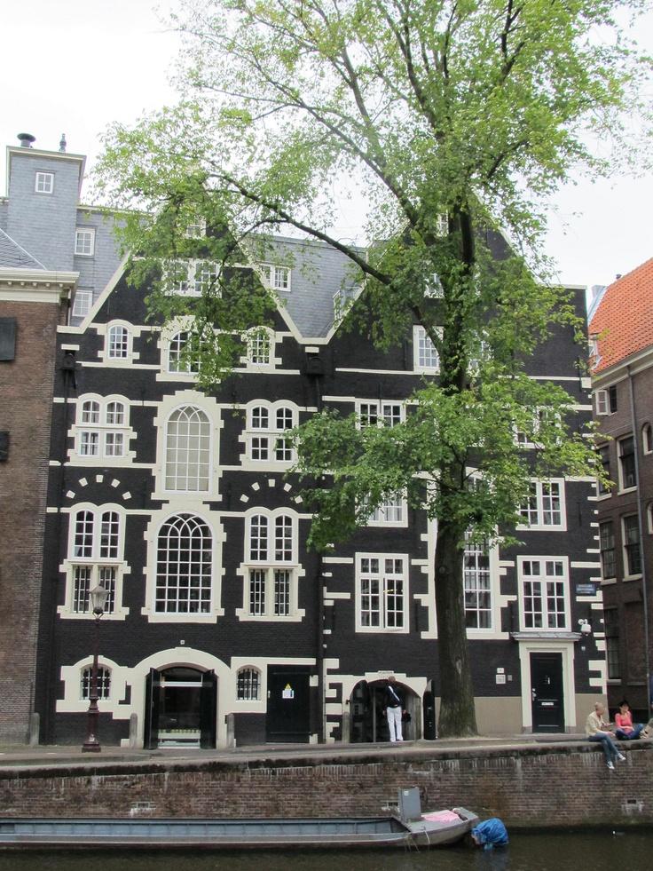 Bank van Lening / De Lommerd in former warehouses from 1550 and 1616 - Oudezijds Voorburgwal 300-302, Amsterdam