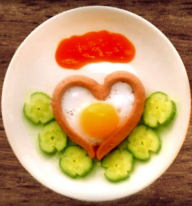 Heart shaped fried egg with sausage - romantic breakfast // Szív alakú tükörtojással töltött virsli - romantikus reggeli // Mindy - craft tutorial collection