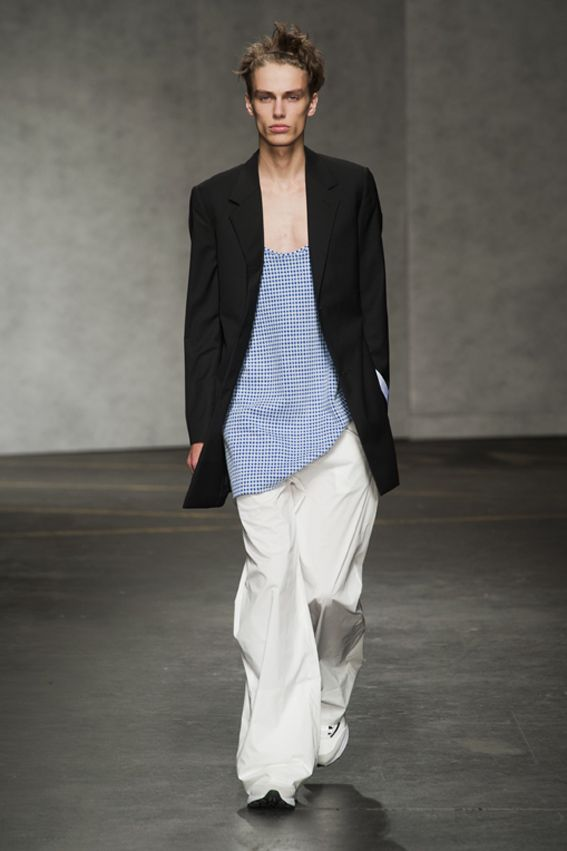 London FW S/S 2015 - Xander Zhou See all fashion show at: http://www.bookmoda.com/?p=12336 #summer #SS #catwalk #fashionshow #menswear #man #fashion #style #look #collection #london #fashionweek #xanderzhou