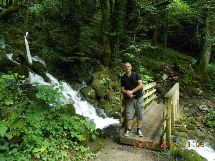 Waterval in de bergen achter de camping