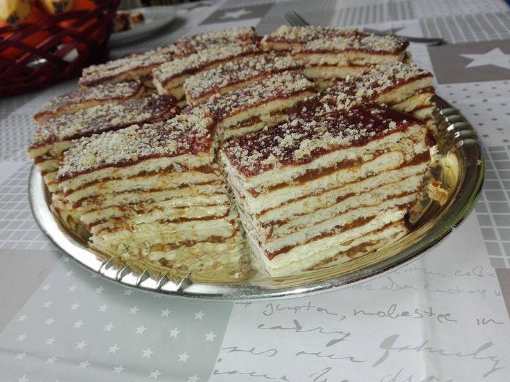 Mi úgy nőttünk fel, hogy az ünnepi asztalon ez a sütemény mindig ott volt. Nincs ez másként ma sem! Ha nosztalgikus finomságra vágysz, kóstolj bele[...]