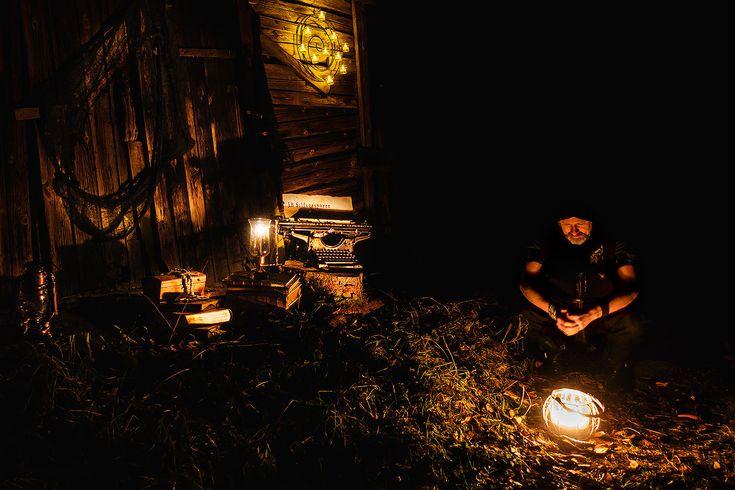 Höstbild på J.B Silfversparre nattetid vid ett öde skjul ute i skogen med sin skrivmaskin, böcker, skrin och lyktor. Fantasy, Typewriter, Forest, Writer, Light, Shed, Night