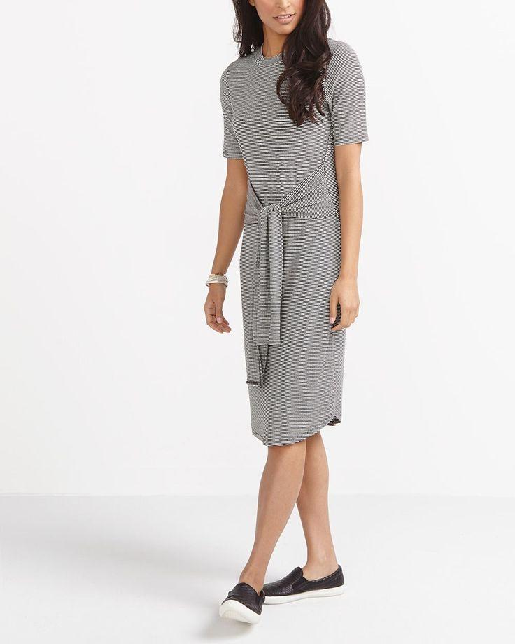 Renouvelez votre garde-robe avec cette robe à manches courtes incroyablement flatteuse. Facile à porter, elle est dotée d'une taille à nouer, donnant l'effet de la tendance qui consiste à attacher une chemise autour de la taille. Portez-la avec des chaussures à talon plat pour une tenue décontractée, ou avec des talons hauts pour un look élégant de bureau. Elle est parfaite pour passer du boulot au resto !<br /><br />Prête à porter pour : le bureau, une s...