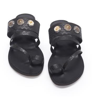 Noosa Amsterdam Pure Sandals - footwear toe sandal. Deze Noosa slipper heeft 4 bandjes die mooi over de voet en tenen lopen. Op de brede band zitten 3 Noosa drukkers voor de Noosa Amsterdam chunks op kunnen worden geplaatst. De slipper is gemaakt van natuurlijk gelooid leer. De bandjes zijn gelaserd met de Pattern Print - NummerZestien.eu