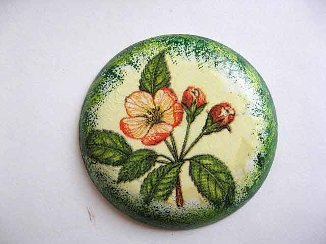 #Magnet cu #flori rosii pe un #fundal #galbui, magnet #rotund din #ipsos pentru #frigider. Produs din categoria #decoratiuni #casa si #gradina. Magnetul a fost #lucrat #manual din ipsos. #Culori: #verde, #vernil, #galben si #rosu. http://handmade.luxdesign28.ro/produs/magnet-cu-flori-rosii-magnet-rotund-din-ipsos-pentru-frigider-23639/