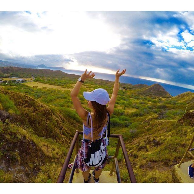 【chinami.76】さんのInstagramをピンしています。 《ダイヤモンドヘッド🗻🚶👟 海も山も見渡せる〜😎💓 けど曇り〜〜😭 そして謎の中途半端なポーズ👌 . #ハワイ#Hawaii#ワイキキ#Waikiki#ダイヤモンドヘッド#空#海#山#一回は登るべき#だれ最初40秒で登れるゆーたん#普通に登山#私は海派#gopro#goprohero4#ゴープロ#ゴープロのある生活#ゴープロ女子#旅行#海外#女子旅#カメラ女子#OLYMPUS#ミラーレス#一眼レフ》