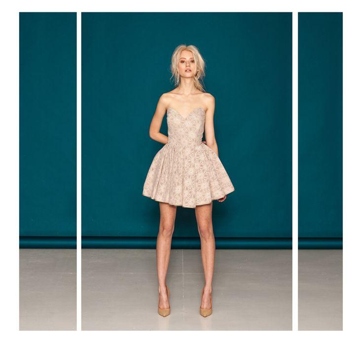 Gorsetowa sukienka z koronki z krynoliną.  Model jest dostępny w kolorach czarnym i beżowym