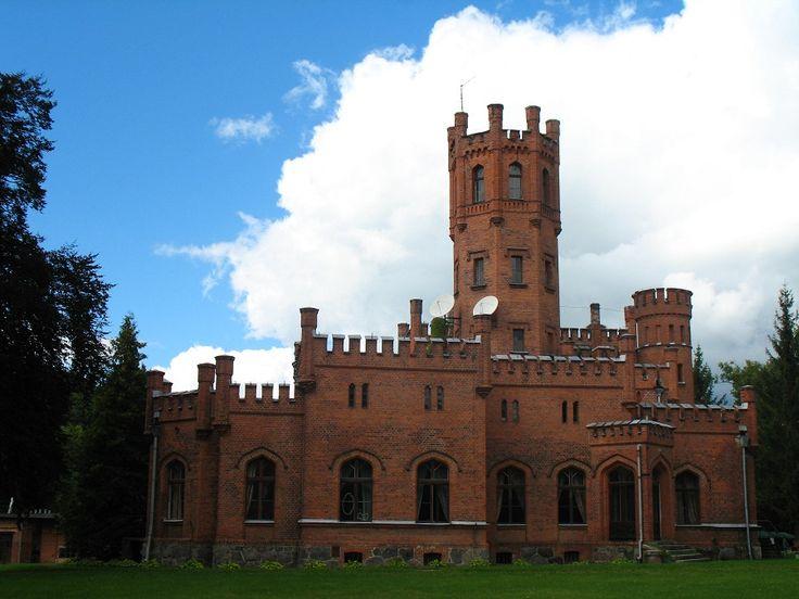 Pałac w Sorkwitach wzniesiony został przez Mirbachów w latach 1850-1856. Połowa wieku XIX to czas popularności neogotyku w architekturze niemieckiej i na tej modnej fali powstał pałac w Sorkwitach, jeden z najciekawszych przykładów budowli neogotyckich w Prusach Wschodnich.  www.it.mragowo.pl