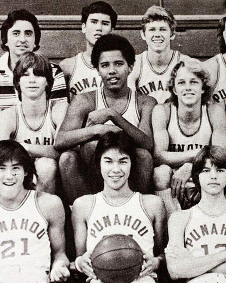 Ο Μπαράκ Ομπάμα στο λύκειο μαζί με τους συμπαίχτες του στην ομάδα μπάσκετ
