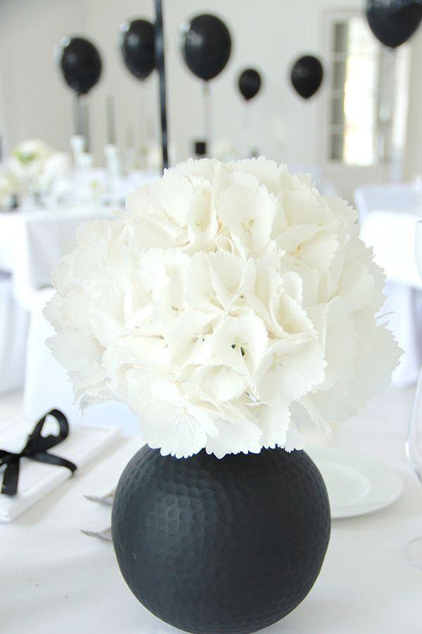 Eine schwarz-weiße Blumendekoration zaubert einen klassischen, aber zeitlos schönen Anblick auf Ihren Tisch.