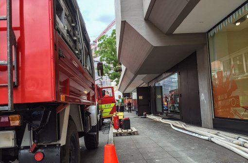 Den ganzen Tag über ist die Feuerwehr bei Breuninger im Einsatz. Foto: 7aktuell.de/Friedrichs