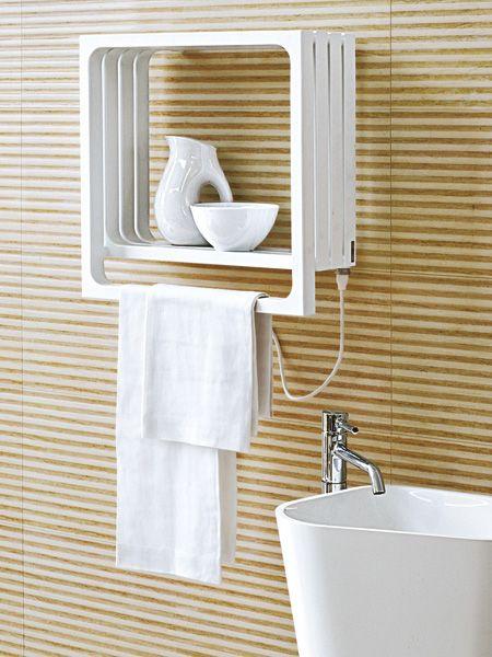 Multifunktional, effizient, flach: Wohlige Wärme wünschen wir uns in jedem Bad, aber wenn der Heizkörper dann noch als Designobjekt daherkommt, die Handtücher trocknet, nebenbei als schickes Regal arbeitet und Energie sowie Platz spart – umso besser!