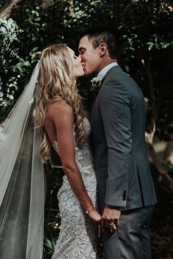 Golden curls, a floor-length veil, and bridal style with stunning floral details | Shannon Stent Images