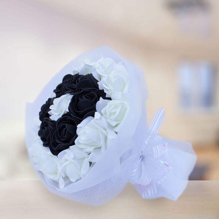 Siyah Beyaz Taraftar Buket  Siyah beyaz renklere gönül vermiş sevdiklerinizi mutlu edecek, hiç solmayacak güllerden oluşan bu buket sevdiklerinizin gönlünde taht kurmanızı sağlayacak.