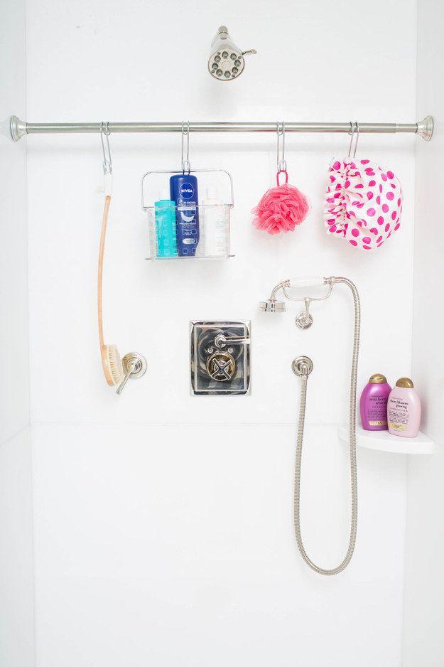 O cuelga una barra de tensión adicional en la ducha y usa ganchos S para organizar. | 23 Maneras ingeniosas de organizar un apartamento diminuto